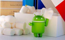kleine Android Figur steht vor Gegenständen auf dem Tisch