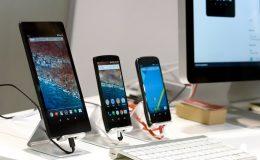 Drei verschiedene Android Handys auf einem Tisch nebeneinander