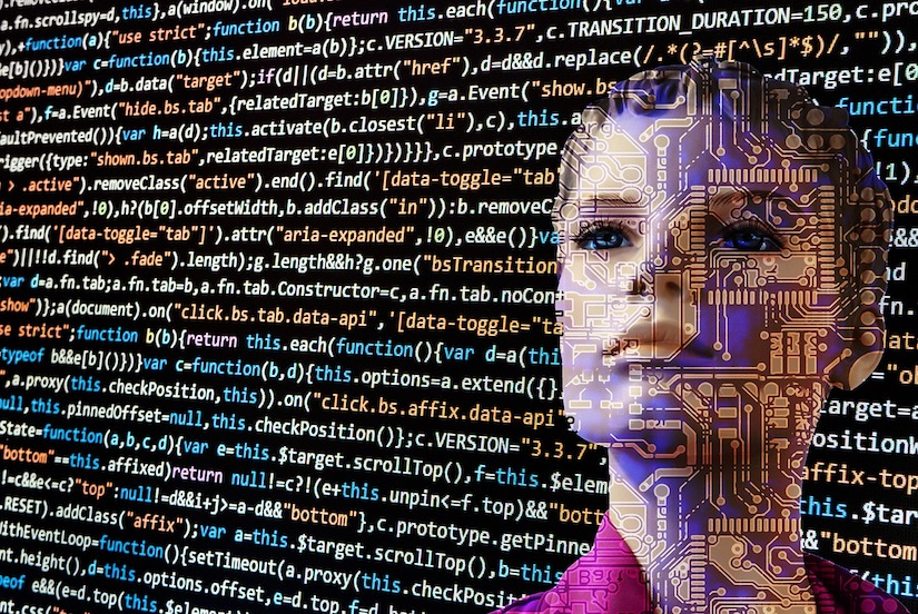 Frau im Hintergrund vor vielen Zeilen Programmiercode