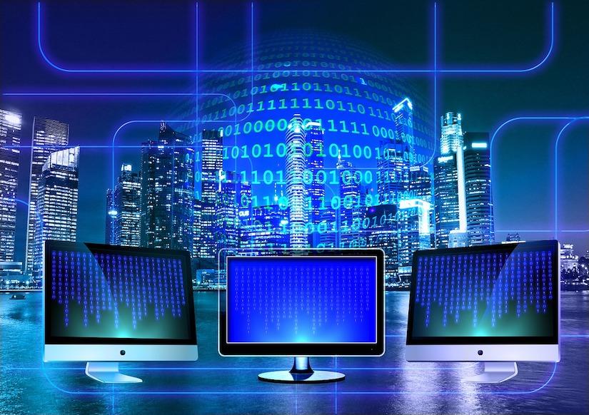 Drei Monitore vor einem Binärsystem