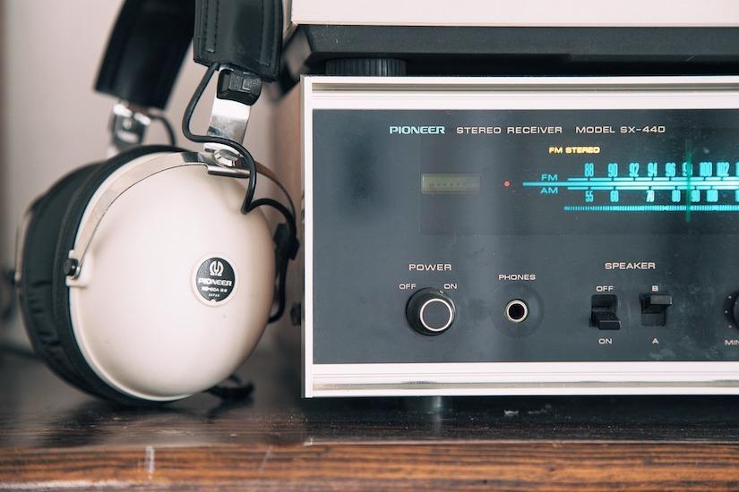 Kopfhörer angelehnt an einen Radio-Receiver