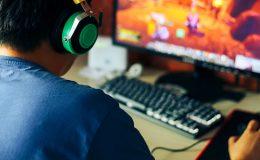 Junger Mann beim Linux Spiele spielen