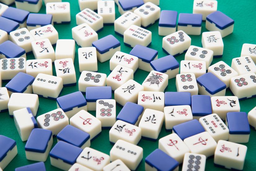 Mahjong Spielsteine auf dem Tisch liegend