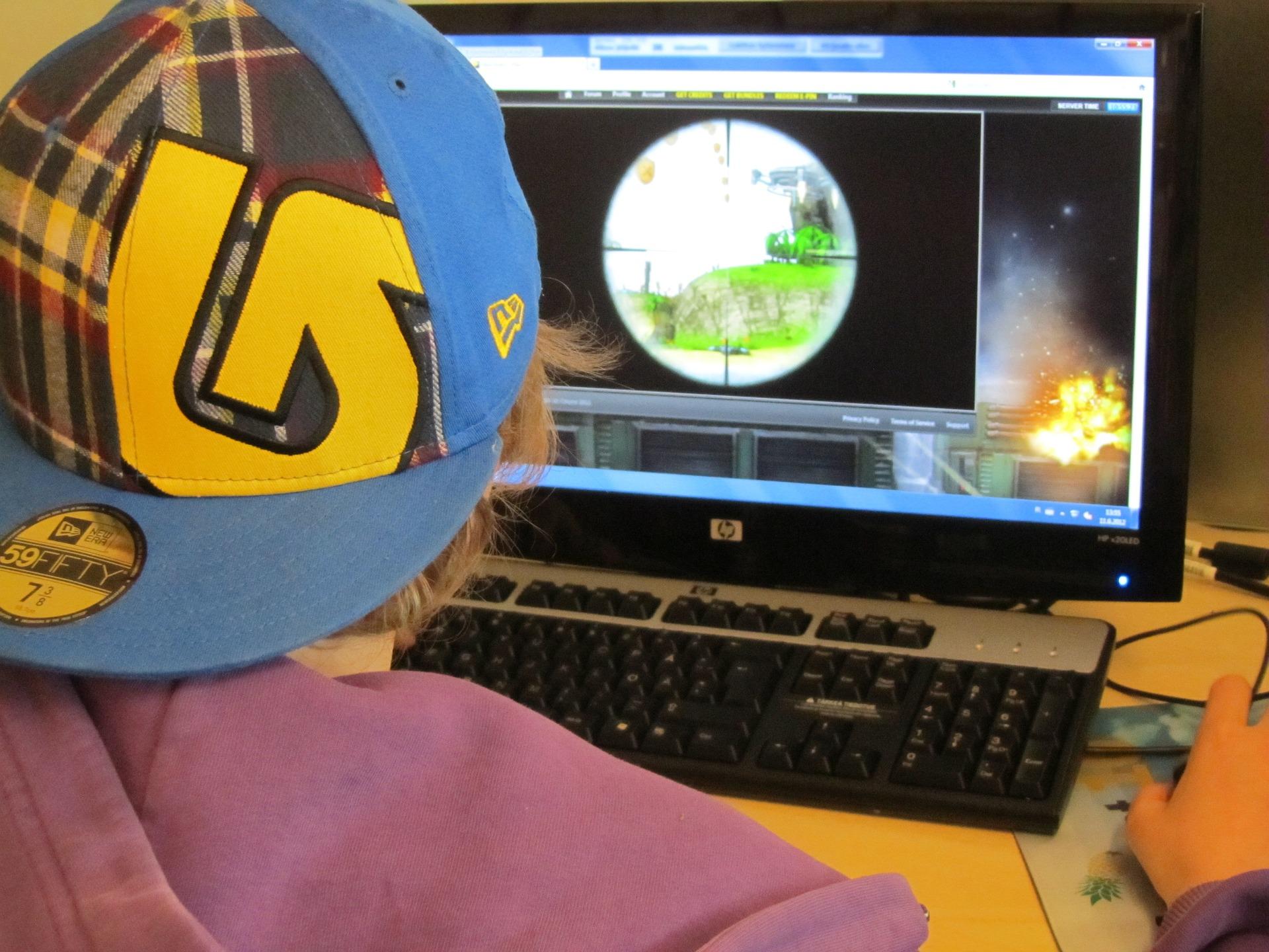 Ein Junge spielt ein Spiel am Computer